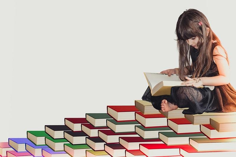 En jente som leser en bok