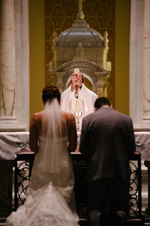 Et par blir gift i kirken