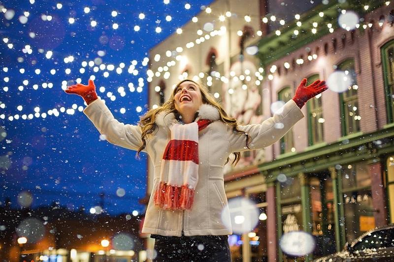En glad jente i snøen