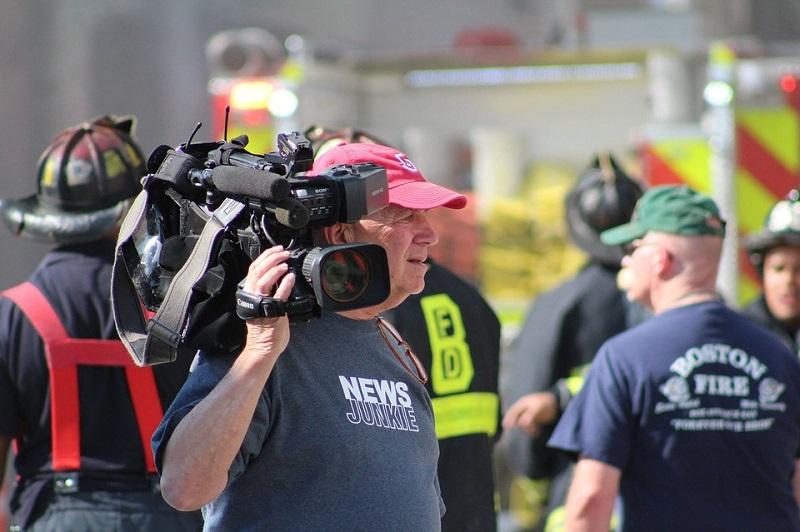 En mann med et videokamera